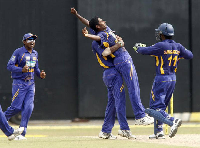Chaminda Vaas celebrates his 400th wicket with team-mates